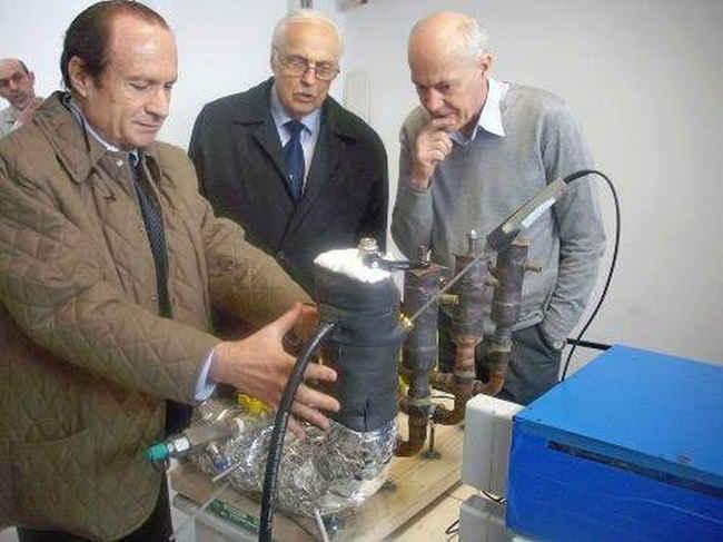 Росси показывает генератор Кулландеру и Эссену