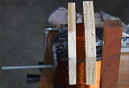 Приспособление для намотки катушек, сделанное из двух кусков фанеры, изогнутой шпильки, куска ПВХ-трубы и гвоздей