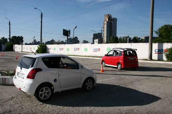 Электромобили evA-2 и evA-5 на автодроме