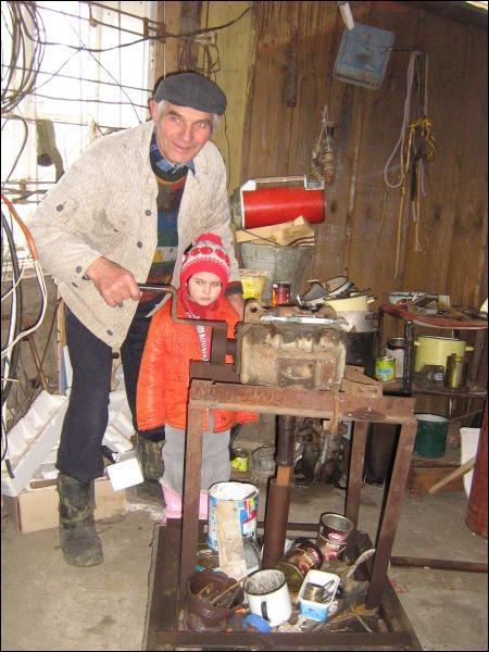 Николай Джуманчук в мастерской с внучкой