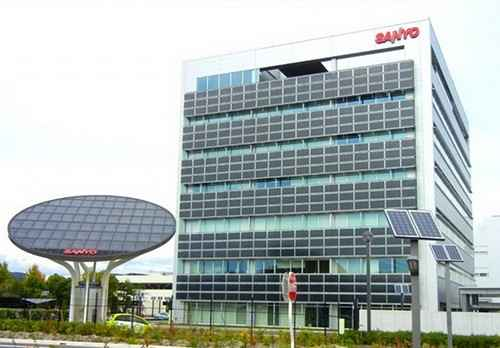 Здание увешано фото панелями со всех сторон