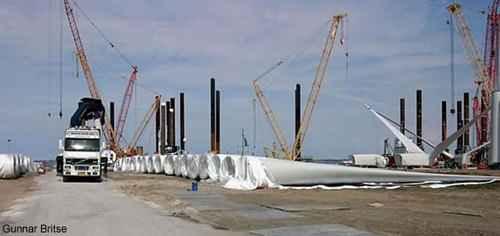 Компоненты складируются в порту для дальнейшей погрузки на баржи