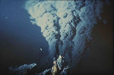 «Черные курильщики», или, как их называют более академично, гидротермальные источники. Внешне они похожи на сталагмиты, из которых постоянно идет дым соответствующего цвета (из-за этого получили свое название). Однако, это не просто дым.