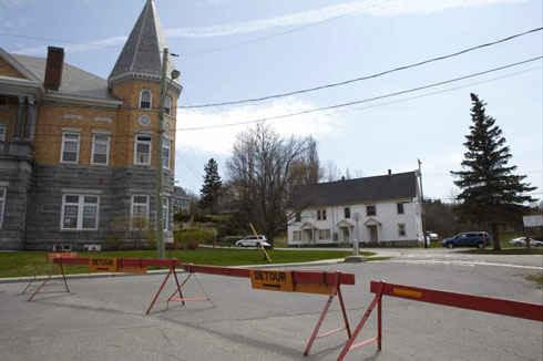 Так выглядит граница между канадским городом Cтанстед и американским городом Дерби Лайн