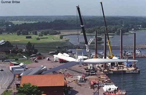 Компоненты загружаются на баржи для отправки на место строительства ветряной электростанции