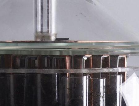 Фонарь получает энергию от медно-цинковых пластин, зарытых в землю
