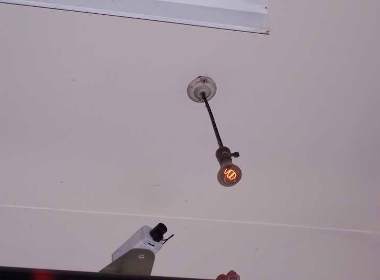 За лампочкой следит видеокамера