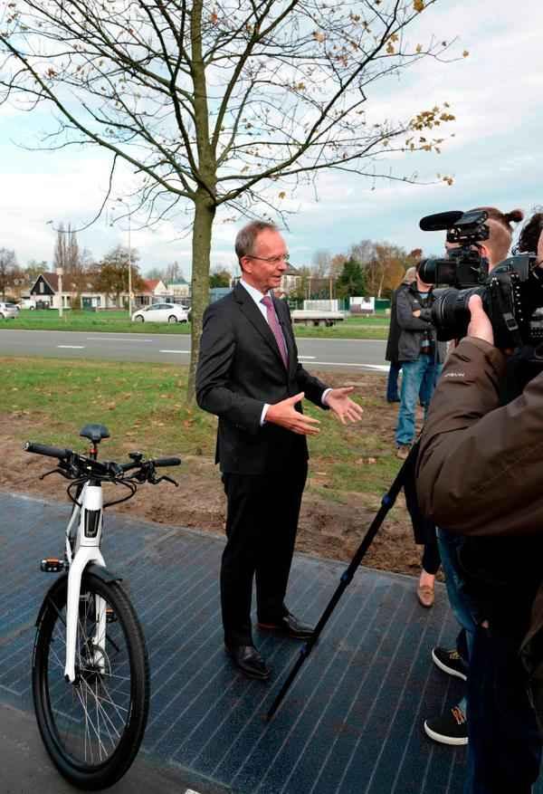 На открытии дороги из солнечных панелей в Нидерландах